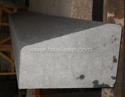 G684 Black Flamed Stone Kerbs